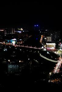 站在六峰山上俯视整个县城✎哇!灵山的夜真美!