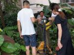 """灵山县""""修环秀桥碑""""发现记:一位跛脚老人的半生守候和一个爱心团队的帮助挖掘…"""