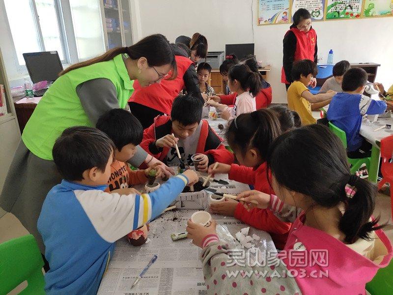 图二:社工、志愿者引导儿童种植多肉植物.jpg