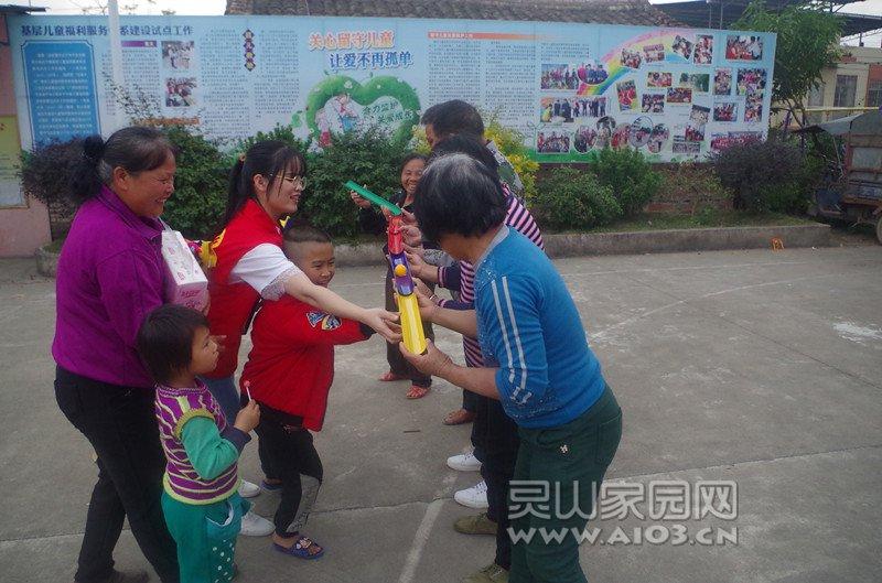图五:儿童在进行珠行万里游戏.jpg