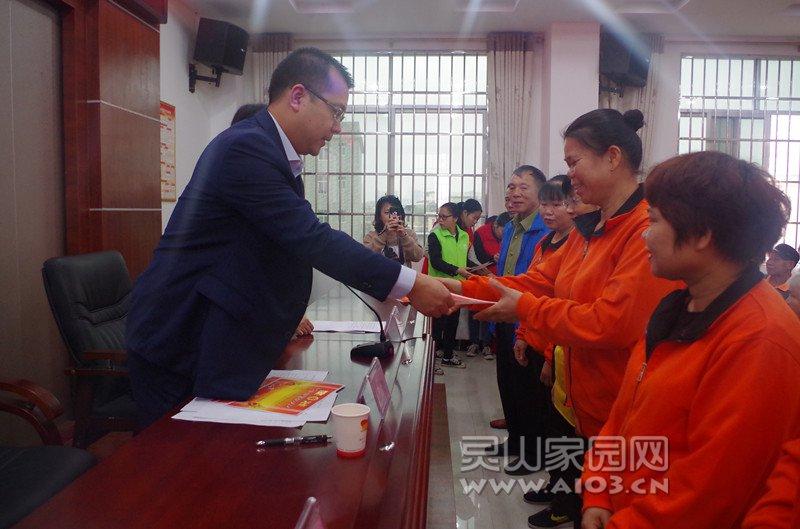图二:县民政局副局长陈景(左一)给优秀员工颁奖.jpg