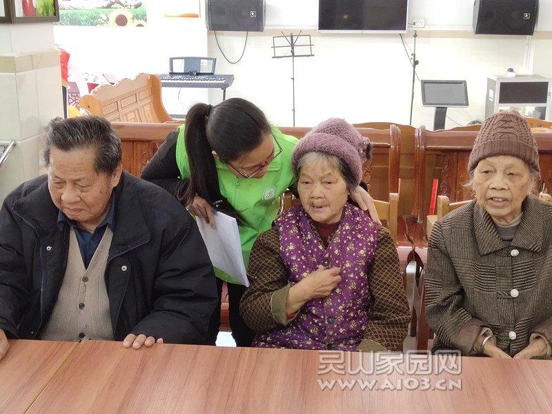 图一:组员对在福利院内帮助过她的人表示感激.jpg