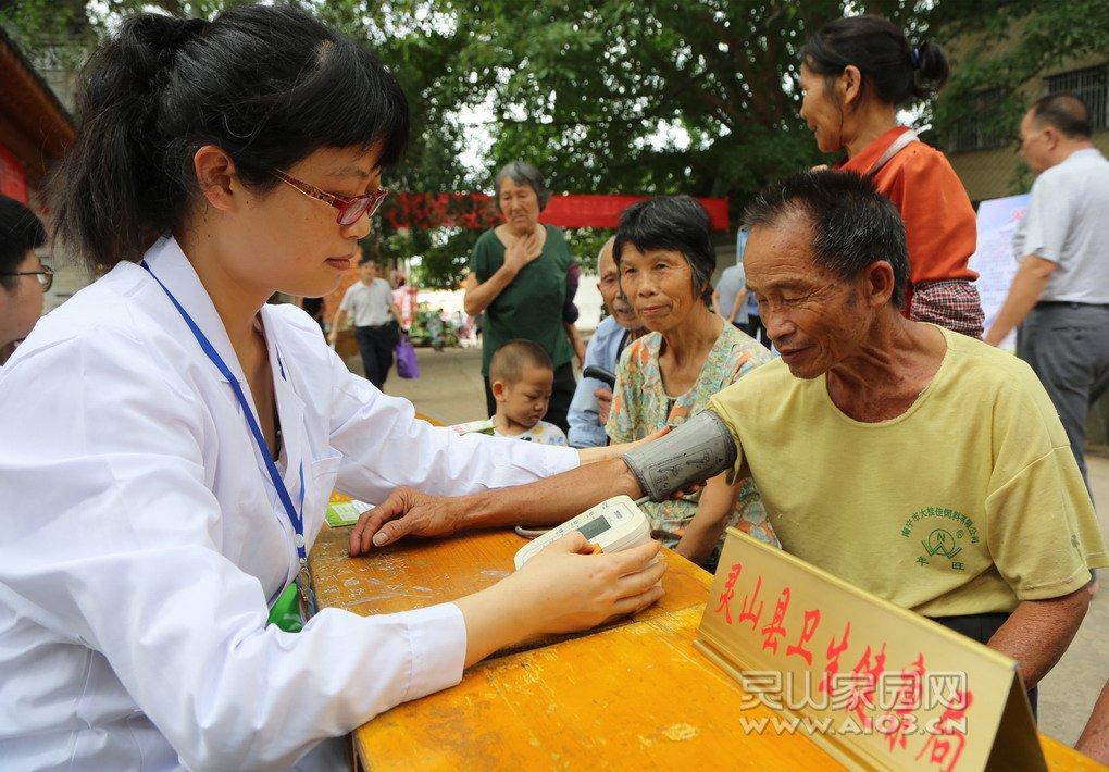 为群众测量血压1.jpg
