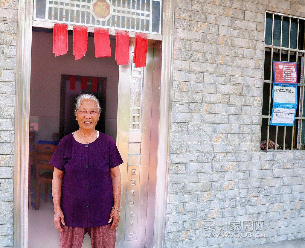 灵山县三隆镇关塘村林妙英与儿子的新家.jpg
