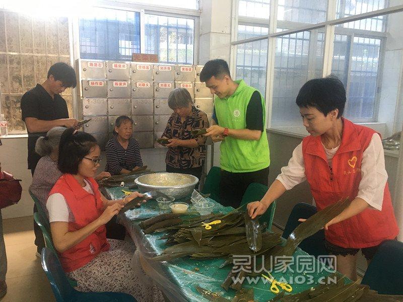 图二:社工、志愿者和院民一起包粽子.jpg