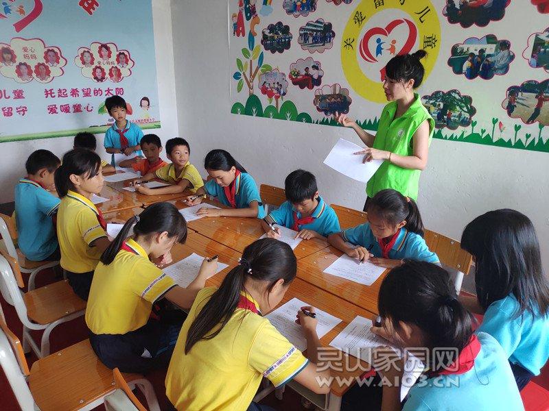 图五:社工指导那银小学留守儿童填写调查问卷.jpg