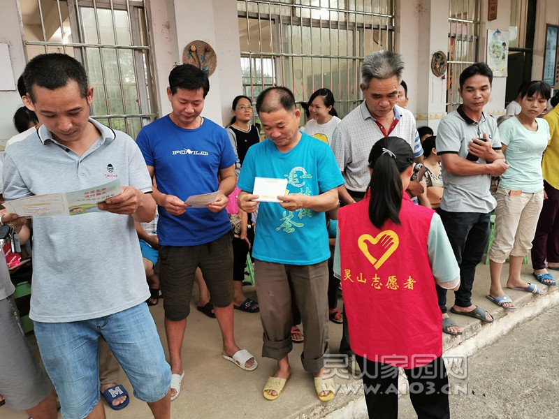 图二:志愿者给家长派发防溺水宣传单.jpg