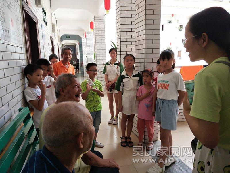 图4:黄老师和学生陪老人聊天.jpg