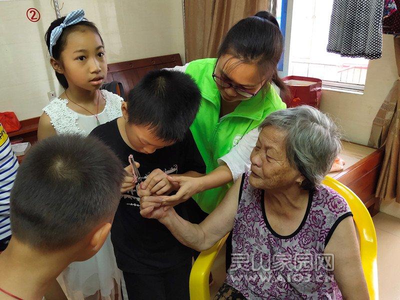 图5:学生帮老人修剪指甲.jpg