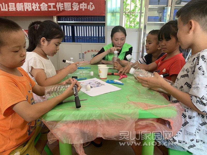 图三:社工指导儿童制作笔筒.jpg