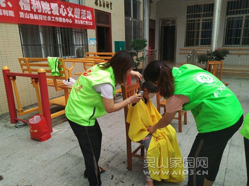 图2:新阳社工协助儿童进行剪发.jpg
