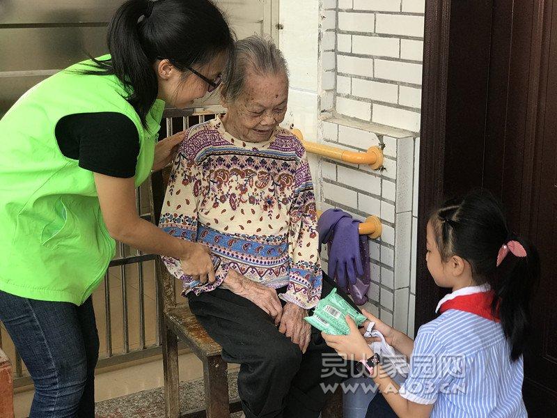 图3:新阳社工引导学生上门慰问行动不便的院民.jpg