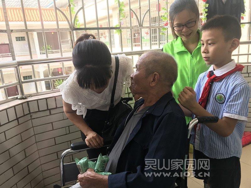 图4:新星小学老师陪老人聊天、学生帮老人捶背.jpg