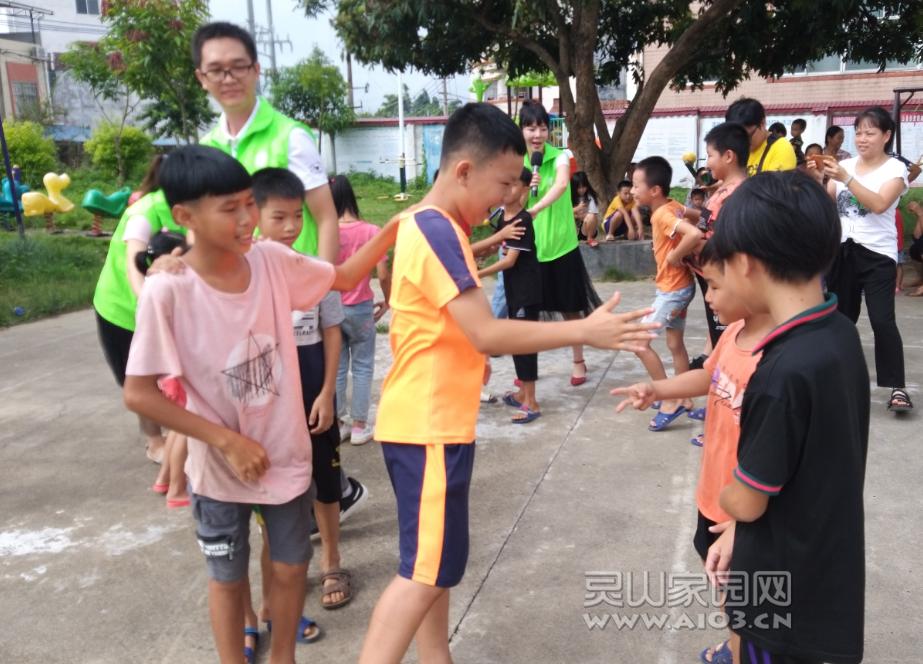 """图二:儿童正在玩""""猜拳贪吃蛇""""游戏.png"""