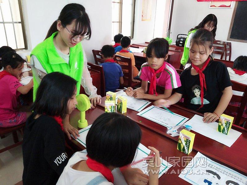 图三:社工正在引导儿童写出心中最信任的三个人.jpg