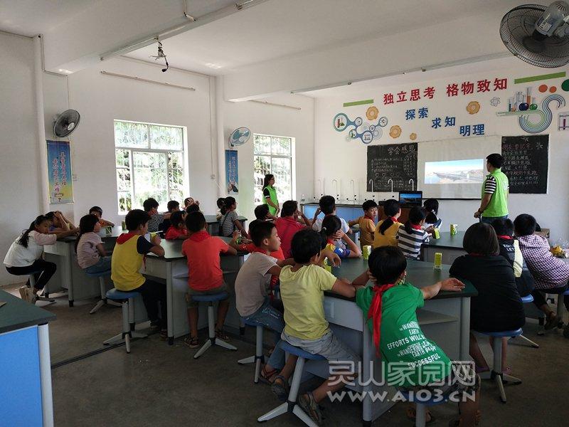 图二:社工与学生观看新中国成立70周年成就视频.jpg