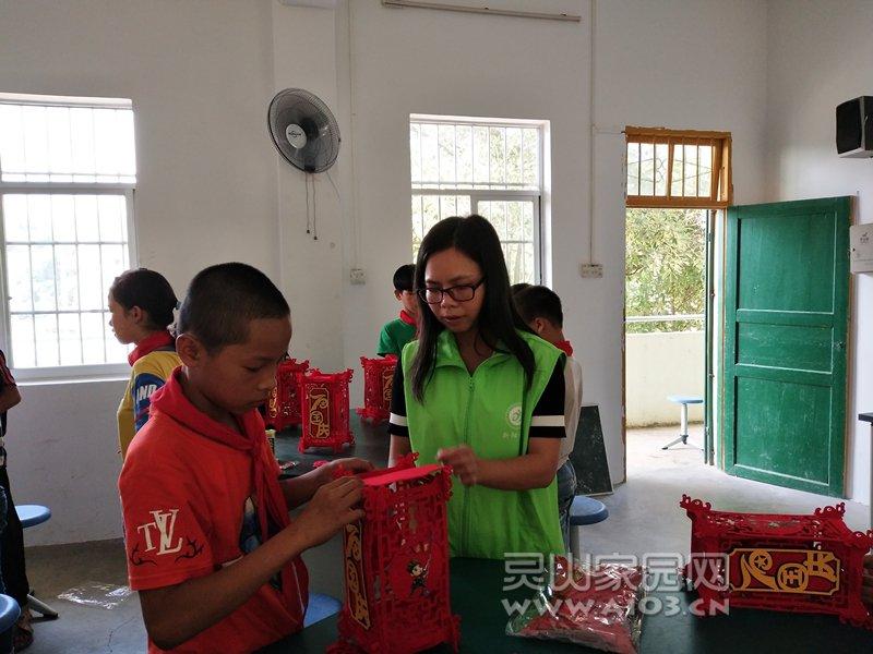 图四:社工与儿童合作拼灯笼.jpg