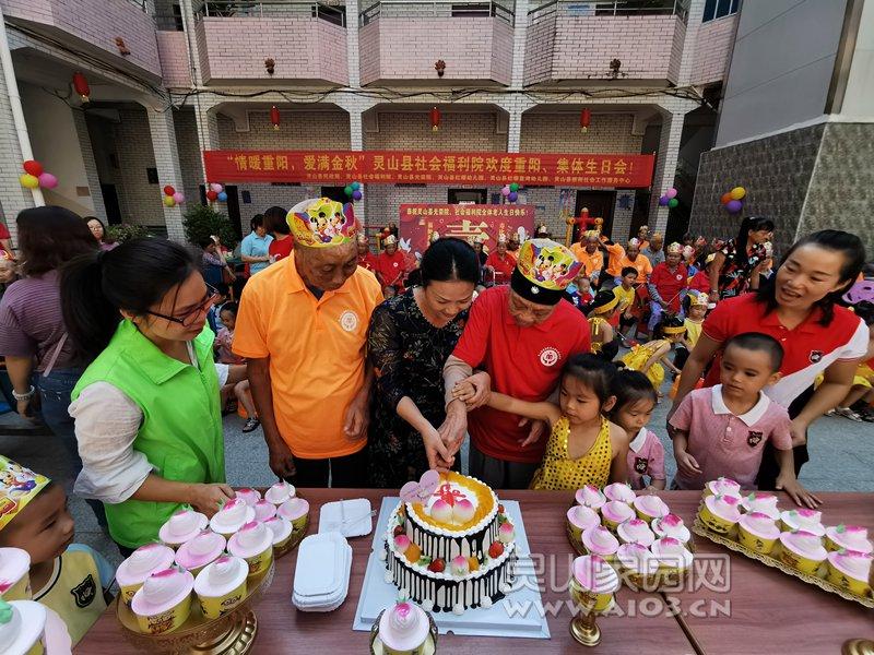 图4:院长梁红霖(左三)与院民一起切蛋糕.jpg