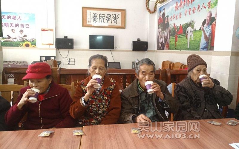 图一:组员共品养生花茶.jpg