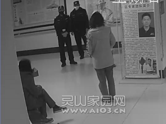 民警对患者进行劝说.png