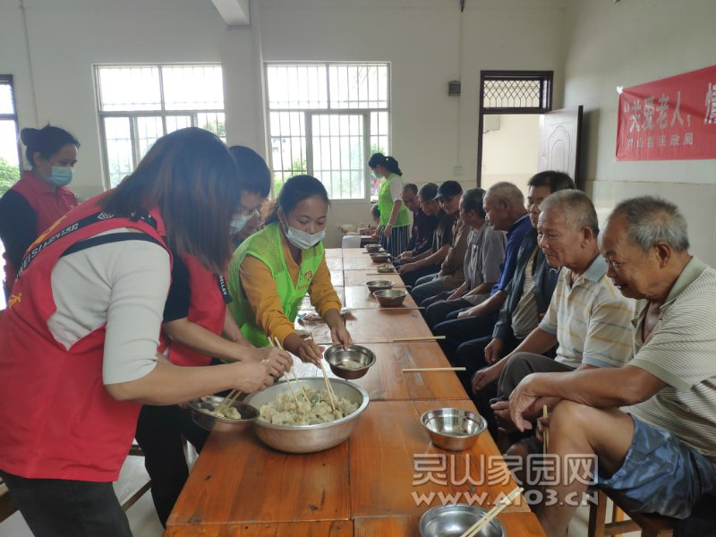 社工、志愿者与老人们一起吃饺子