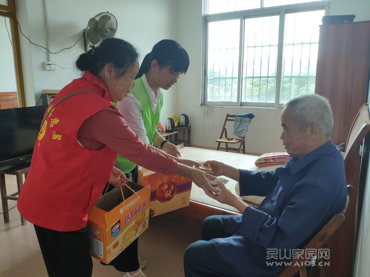 社工与志愿者一起给老人送月饼表祝福.jpg