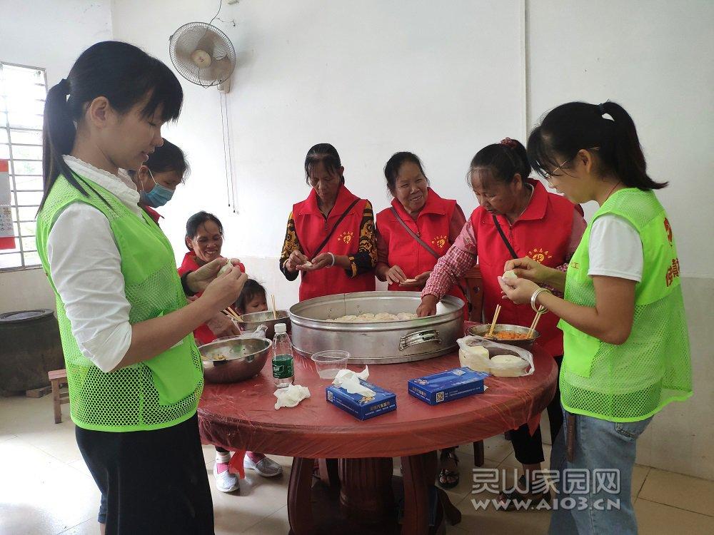 社工与佛子志愿者一起包饺子.jpg