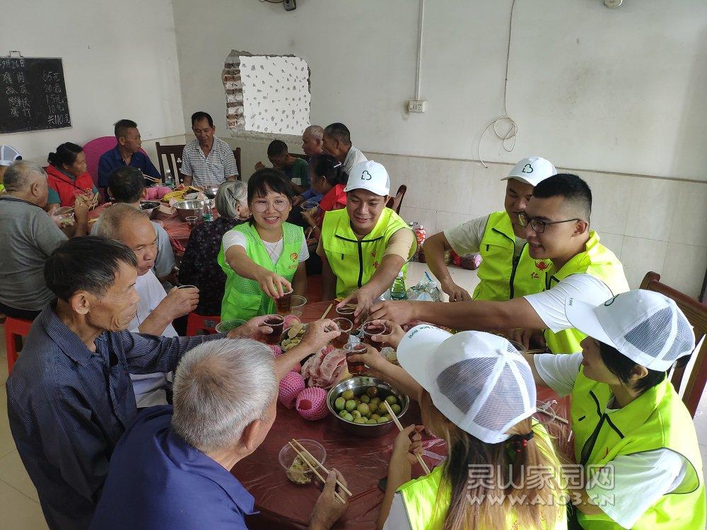 社工、志愿者与老人一起举杯庆祝中秋国庆两佳节.jpg