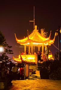 灵山县美美的夜景---六峰山顶俯瞰全城