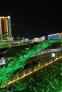吃完晚饭到江边逛逛,小县城的惬意,真好!