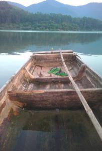 遠樹兩行山倒影,輕舟一葉水橫流!